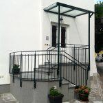 Stiegengeländer und Vordach im Eingangsbereich von Eisl & Söhne – St. Wolfgang im Salzkammergut